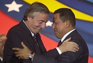 Chávez embraces Argentinian President Néstor Kirchner during the closing of a July 2004 joint press conference held in Venezuela (Office of the Argentine Presidency).