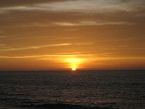 Pôr-do-sol numa praia da província de Namibe.
