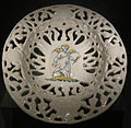 Ngv, maiolica di faenza, piatto traforato, 1550-1600.JPG