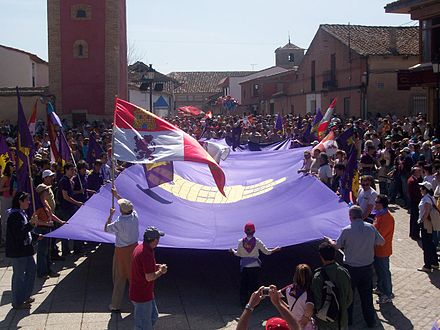 The April 23, 2007 gathering at Villalar. Villalar was renamed Villalar de los Comuneros in 1932, under the liberal Second Republic. Pendon gigante en la Plaza Mayor de Villalar.jpg