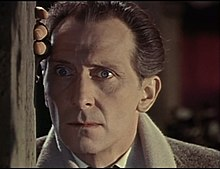 O actor britanico Peter Cushing, en un forograma d'a cinta The Brides of Dracula (1960).