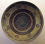 Piatto con motivi floreali e goemetrici, 600-550 ac. ca.JPG