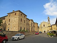Piazza Bonifacio Meli Lupi (Soragna) - rocca Meli Lupi e chiesa di San Giacomo 2019-06-18.jpg