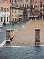 Piazza del Campo de Siena, pilons.JPG