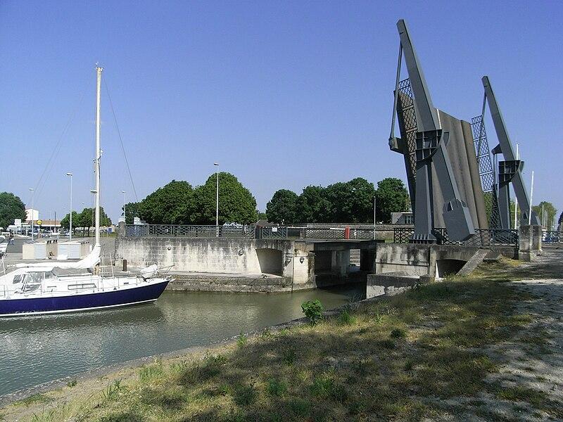Bassin de Bougainville avec le pont basculant Papenburg à Rochefort en Charente-Maritime (France).