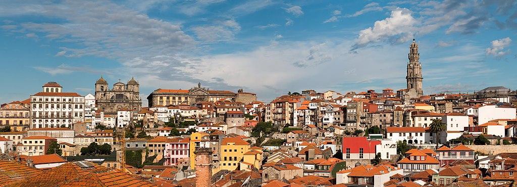 Panorama sur la ville haute de Porto depuis la cathédrale Sé avec la Tour des Clercs dominant l'horizon. Photo de Daniel Villafruela