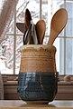 Poterie provençale et ustensiles en bois.jpg