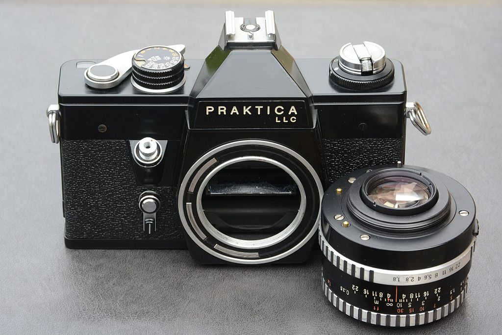 Datei:praktica llc slr black lens removed from the camera.jpg