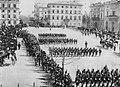 Primoli, Giuseppe - Militärparade in der Piazza dell'Indipendenza anlässlich der Hochzeit des Prinzen von Napoli (2) (Zeno Fotografie).jpg