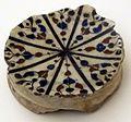 Produzione egiziana, frammento di ciotola snaltata, 1250-1300 ca., da mus. intle ceramiche di faenza.JPG