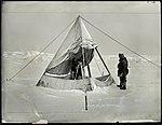 Q3c034. Sigurd Scott Hansen måler deklinasjon i magnetisk observatorium (telt). Hjalmar Johansen assisterer (16199218718).jpg