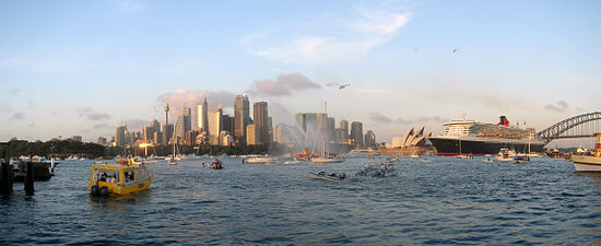 The Queen Mary 2 arrives in Sydney, 20 February 2007