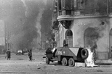 Un vehículo blindado de la unión soviética arde en una calle de Budapest en noviembre