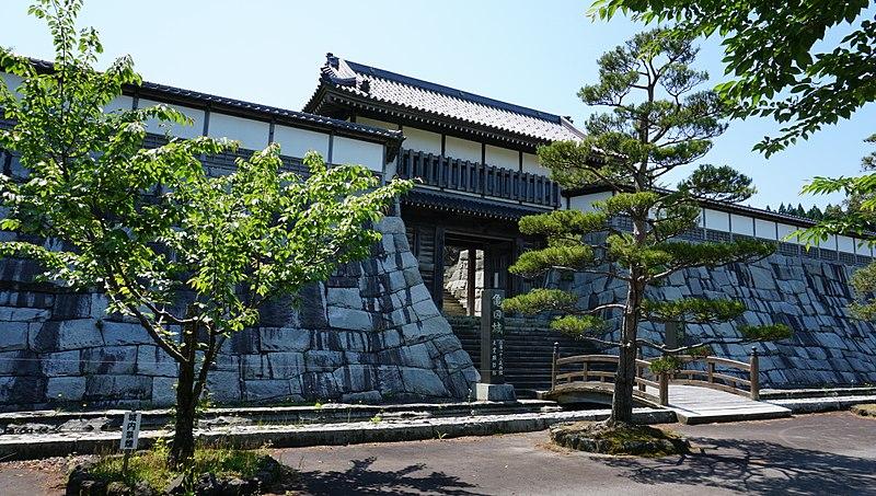 File:Reconstructed gate of the Kameda Castle.jpg