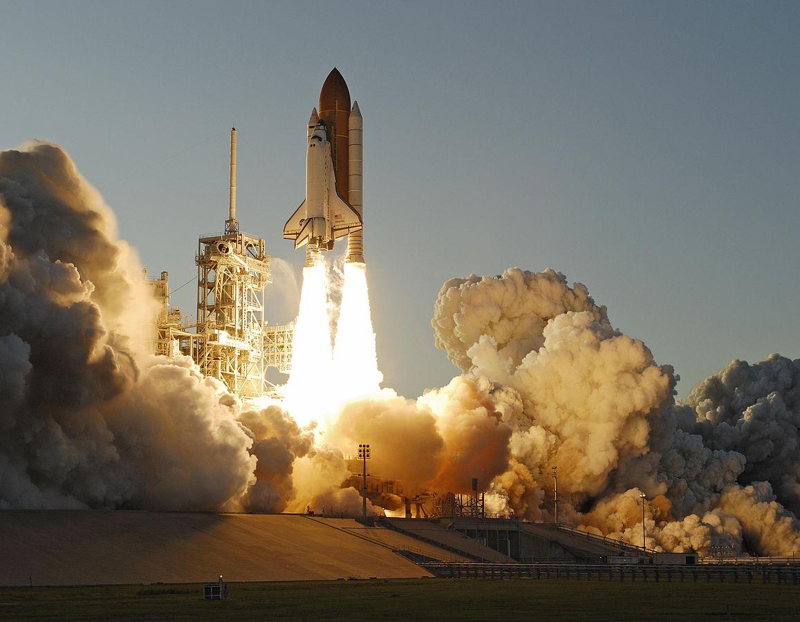 巨大な煙とスペースシャトル画像