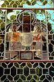 Schloss Hämelschenburg Fenster mit Bleiverglasung Glasmalereien und Inschrift von aussen horizontal gespiegelt.jpg