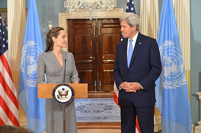 Джоли и государственный секретарь США Джон Керри (2016)