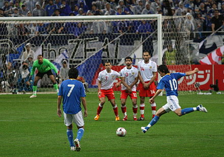"A player takes a free kick, while the opposition form a ""wall"" to try to block the ball Shunsuke1 20080622.jpg"