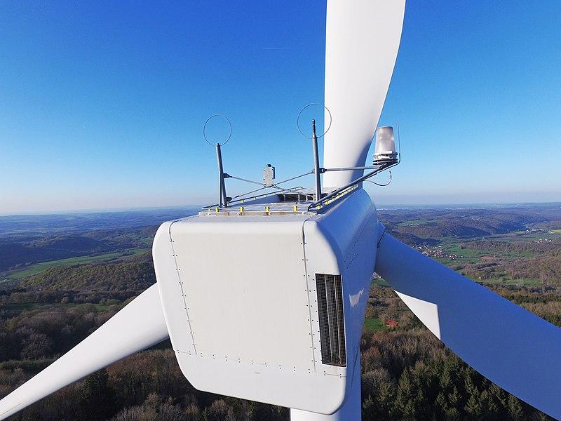 Photographie prise par drone sur le site éolien du Lomont, vue arrière d'une éolienne.