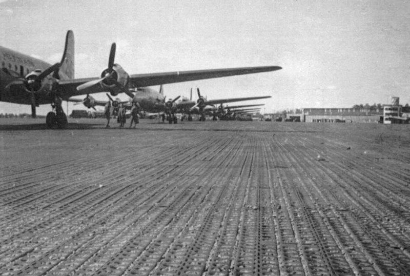 File:Skymaster auf dem Vorfeld Halle I der RAF Celle.jpg