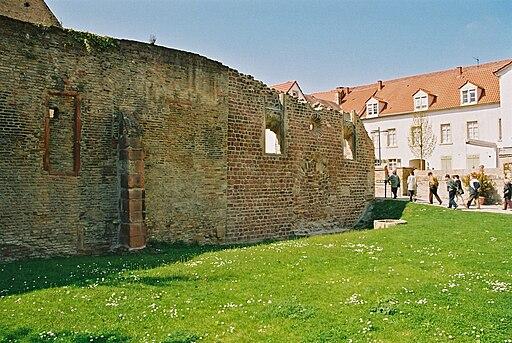 Judenhof Speyer. Blick auf die Frauenschul (links) und die Synagoge Speyer (rechts); Teile des Welterbes SchUM-Stätten Speyer, Worms und Mainz.