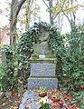 Střešovický hřbitov - starší náhrobní plastika.jpg