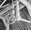 Stal, restant van karnmolen; aandrijfwiel met as - Reeuwijk - 20284430 - RCE.jpg