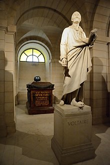 Statue und Sarkophag Voltaires im Panthéon (Quelle: Wikimedia)