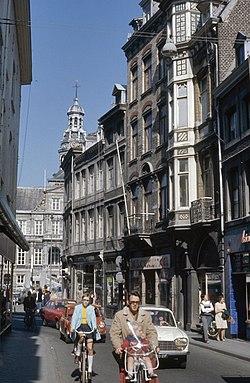 Straatbeeld met zicht op het stadhuis, gezien vanuit de Grote Gracht - Maastricht - 20389961 - RCE.jpg
