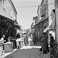 Straatje met winkels in de wijk Mea Shearim, Bestanddeelnr 255-0381.jpg