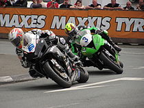 "Cameron Donald voor Ian Lougher in de eerste manche van de ""Monster Energy Supersport TT"" van 2010"