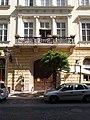 Szegmensíves kapu, állókonzolos erkély, Hercegprimás utca 13, (Zofahl Lőrinc, 1861), 2017 Lipótváros.jpg