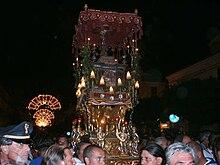Fercolo con l'urna contenente le reliquie di Sant'Angelo, durante la processione del 5 maggio.
