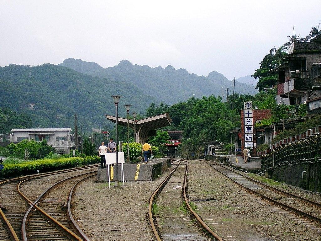 https://upload.wikimedia.org/wikipedia/commons/thumb/d/da/TRA_Shihfen_Station_platforms_20050516.jpg/1024px-TRA_Shihfen_Station_platforms_20050516.jpg