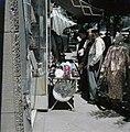 Tel Aviv. Allenby Road. Wandelaars monsteren een collectie keppeltjes die voor e, Bestanddeelnr 255-9217.jpg