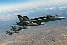 Drei grau lackierte Dusenjagerflugzeuge fliegen in Formation