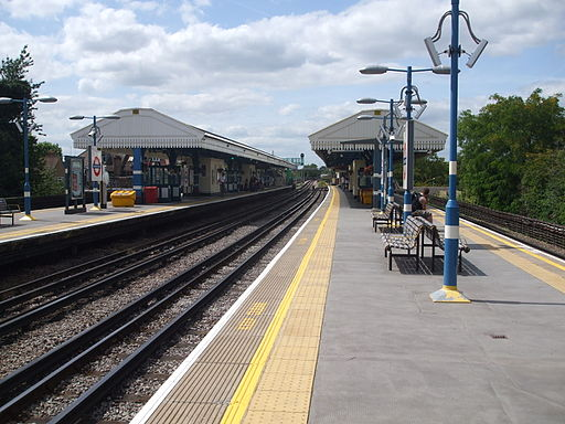Turnham Green stn eastbound Piccadilly look west