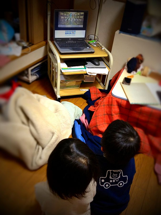 File:Two seiza kids watching TV NHK-kohaku by Note PC 1seg.jpg