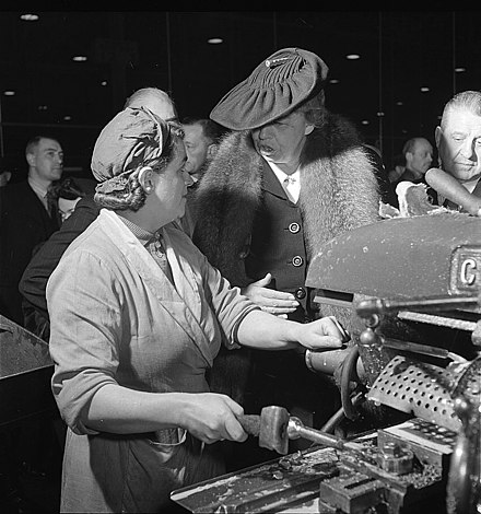 A female machinist talking with Eleanor Roosevelt during her goodwill tour of Great Britain in 1942 UK worker meets Roosevelt - Toni Frissell LC-F9-01-4211-92-2.jpg