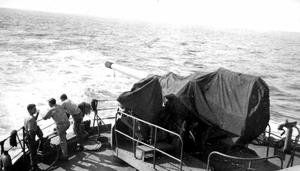 USS-Audubon 5-in-gun-on-ship-fantail-from-No45-gun-turret 1944.png