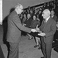 Uitreiking David Roellprijs 1964 , Piet Zwart (r) ontvangt prijs van prof. De Ga, Bestanddeelnr 917-1515.jpg