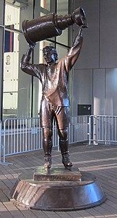170px-Wayne_Gretzky_statue_2 Wayne Gretzky Edmonton Oilers Los Angeles Kings New York Rangers Team Canada Wayne Gretzky