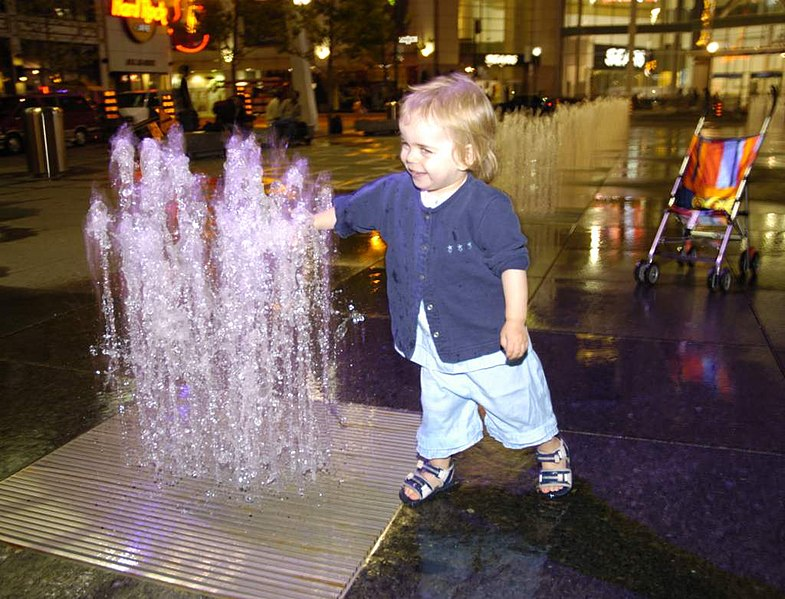 File:Yonge-Dundas-Urbeach-christina-at-waterplay.jpg