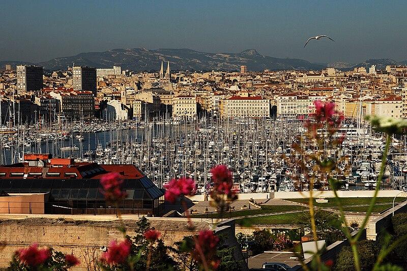 File:Марсель, Франция. Вид на Старый порт и Храм Винсента-де-Поля.jpg