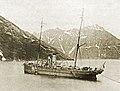 Транспорт Якут принимает воду с берега, Камчатка, 1910-е годы.jpg