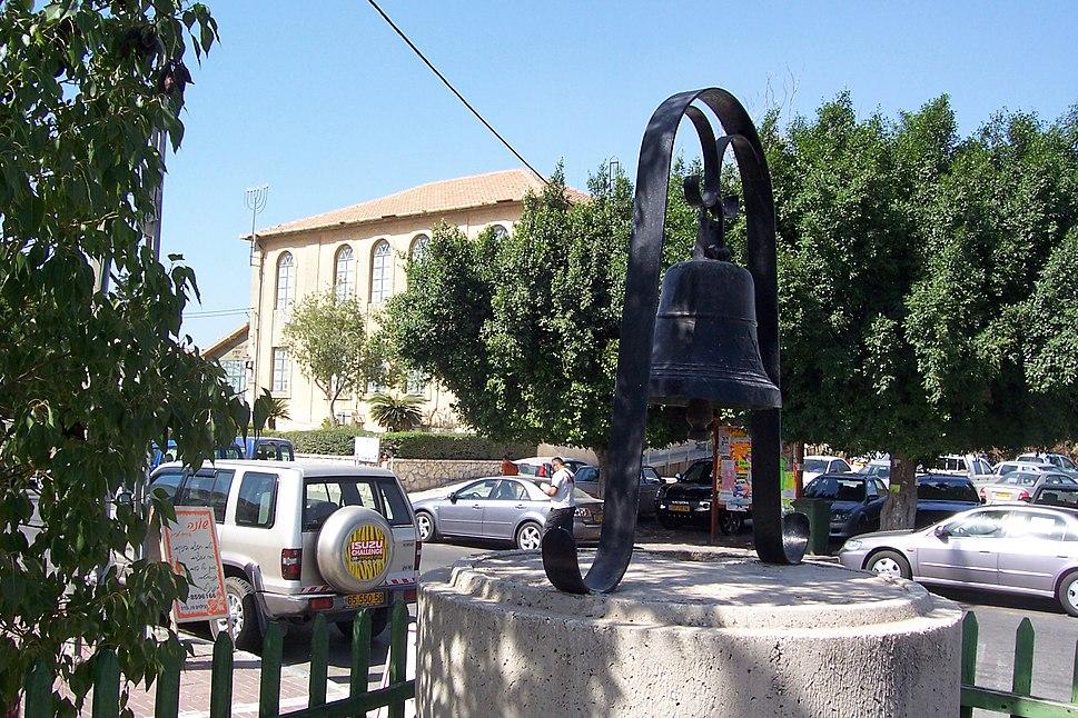 הפעמון ובית הכנסת