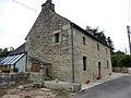 005 Berrien Maison en granite et son puits.JPG