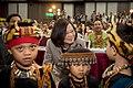 08.01 總統出席「106年度全國原住民族行政會議」,與原住民小朋友們合影 (36263684066).jpg