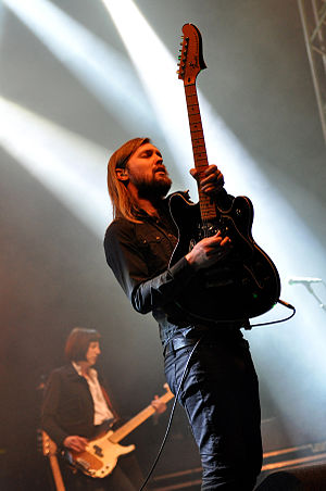 Band of Skulls - Guitarist Russell Marsden (front) and bassist Emma Richardson (back) in 2014
