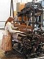 143 mNACTEC, la Fàbrica Tèxtil, nena en un teler de garrot.jpg
